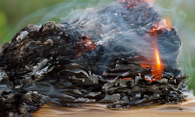 Foto de um livro em chamas na fumaça
