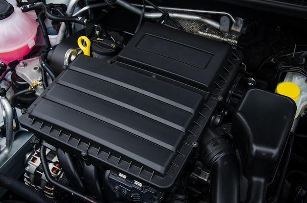 Foto de um motor de carro novo coberto com uma caixa de plástico