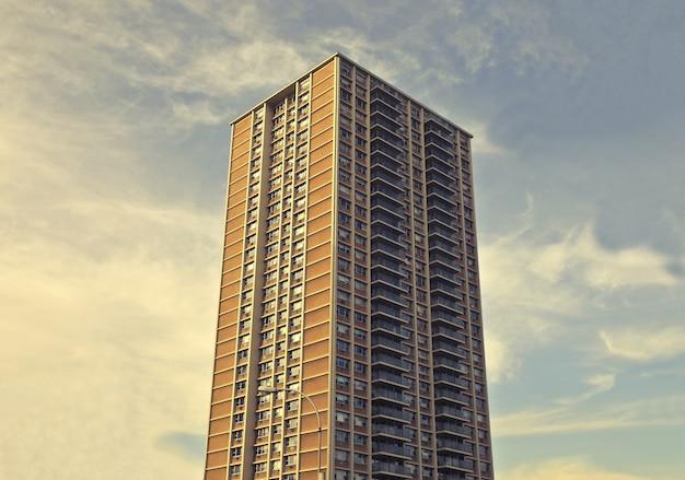 Foto de um prédio alto e alto