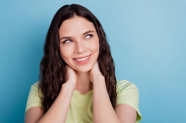 Foto de uma adorável senhora adorável mão pescoço imaginar pensamentos olhar espaço em branco sonho na parede azul