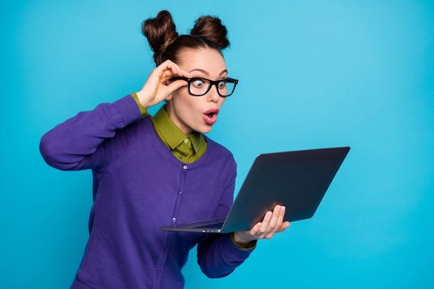 Foto de uma aluna atraente dois lindos pãezinhos segurar distância do caderno estudando ler e-mail marcas ruins lista de notas de desgaste especificações de desgaste roupa casual isolado fundo de cor azul