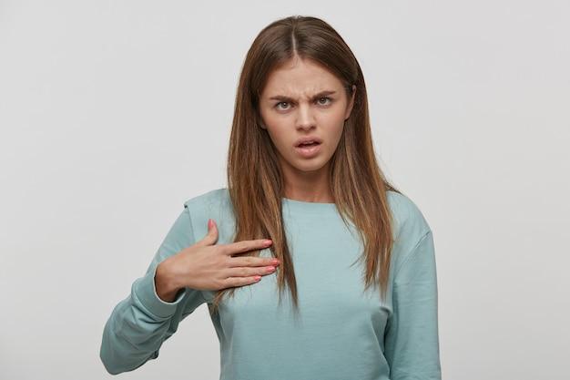 Foto de uma bela jovem expressando mal-entendido