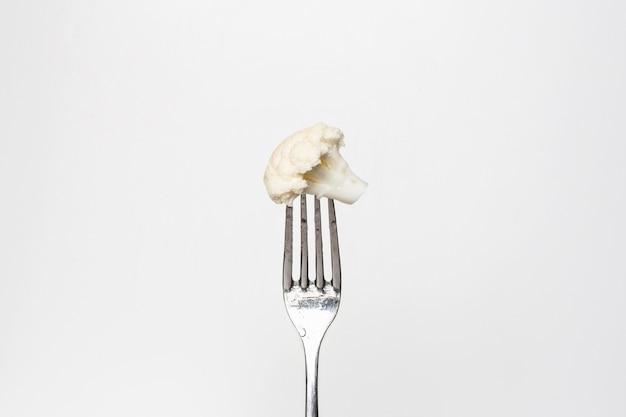 Foto de uma couve-flor fresca em um garfo isolada em um fundo branco