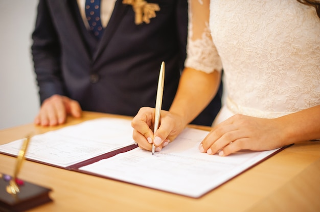 Foto de uma esposa e marido no registro civil, dia da cerimônia