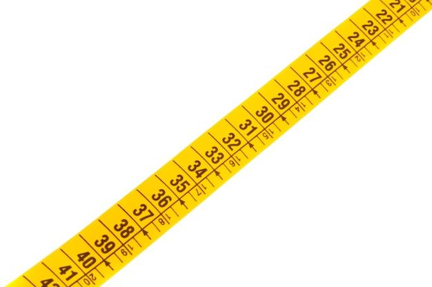 Foto de uma fita métrica sobre um fundo branco