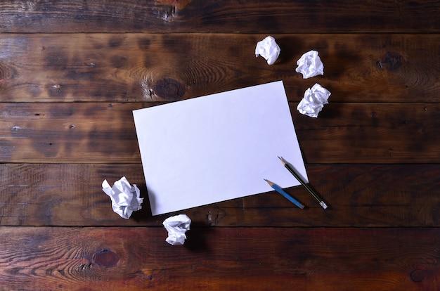 Foto de uma folha de papel em branco branco limpo mentira sobre um marrom