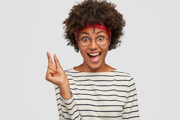 Foto de uma garota alegre e alegre fazendo gestos com uma das mãos