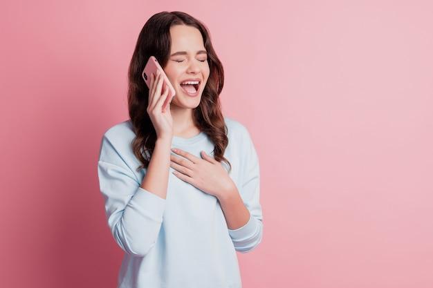 Foto de uma garota engraçada usando uma chamada de smartphone rindo alto