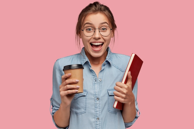 Foto de uma garota europeia linda e animada usando óculos