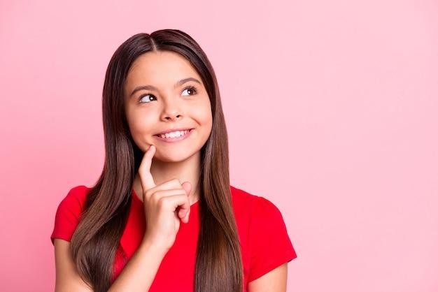 Foto de uma garota hispânica inspirada, acha que parece copyspace isolada sobre um fundo de cor pastel