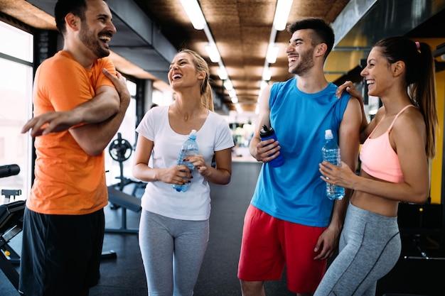 Foto de uma jovem alegre equipe de fitness na academia