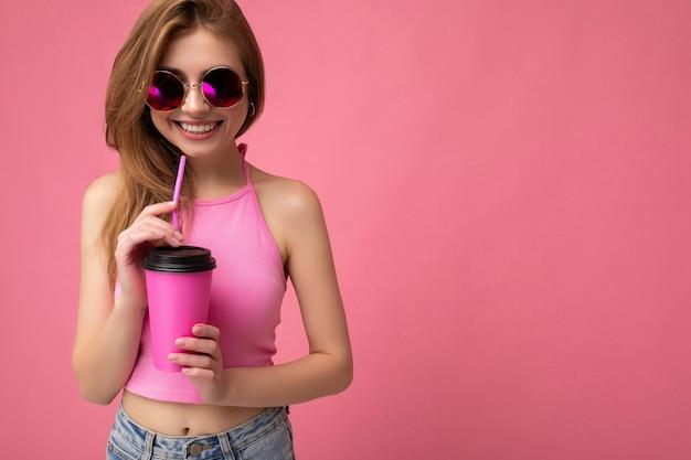 Foto de uma jovem atraente, feliz e sorridente, usando roupas elegantes do dia a dia