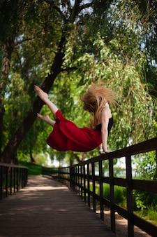 Foto de uma jovem dançarina do ventre em um parque.