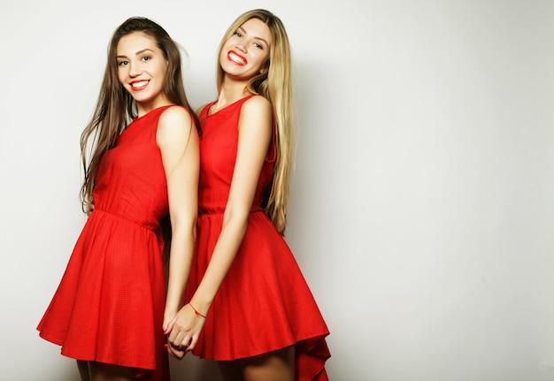 Foto de uma jovem encantadora com um vestido vermelho sobre fundo branco