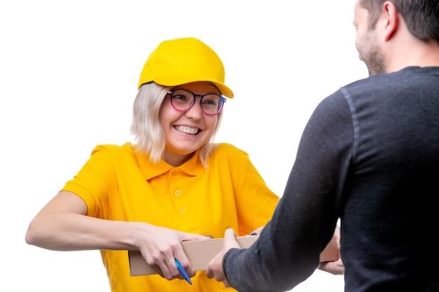 Foto de uma jovem mensageira loira entregando uma caixa de papelão para um homem