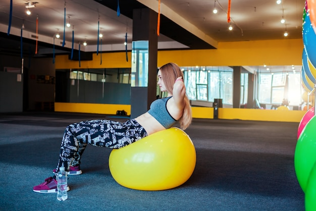 Foto de uma jovem se exercitando na academia