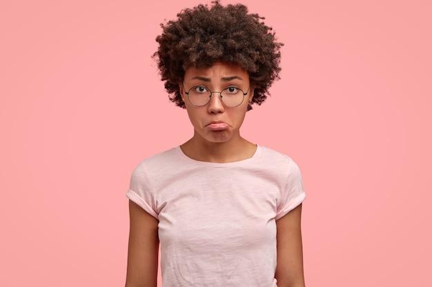 Foto de uma jovem triste e descontente com o lábio inferior