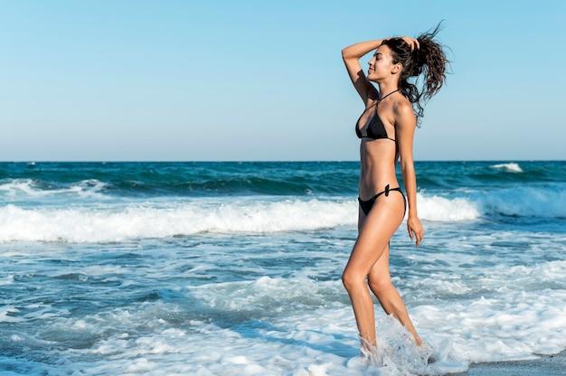 Foto de uma linda garota na praia