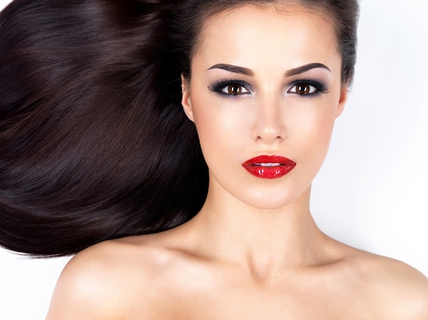 Foto de uma linda mulher com longos cabelos castanhos lisos
