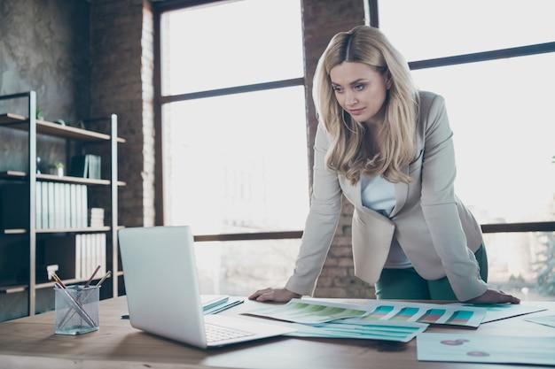Foto de uma linda mulher de negócios com tela de netbook