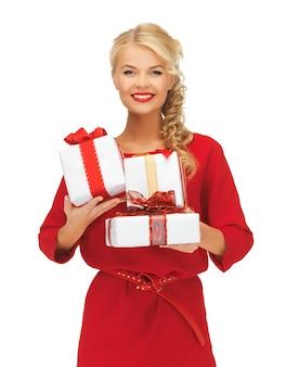 Foto de uma linda mulher em um vestido vermelho com caixas de presente