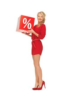 Foto de uma linda mulher em um vestido vermelho com sinal de porcentagem