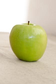 Foto de uma maçã verde fresca.
