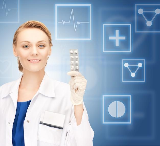 Foto de uma médica atraente com comprimidos