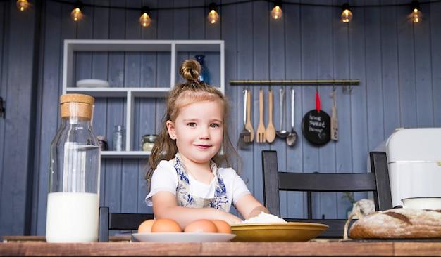 Foto de uma menina cozinhando ela mesma na cozinha