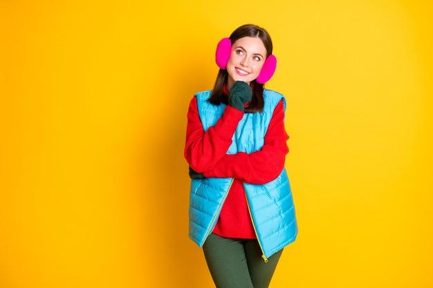 Foto de uma menina interessada tocar luvas verdes queixo olhar copyspace pensar pensamentos decidir férias de inverno usar calças rosa azul calças isoladas sobre fundo de cor brilhante brilho
