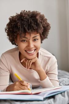 Foto de uma mulher afro-americana alegre com um sorriso cheio de dentes