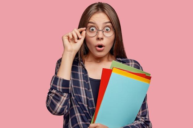 Foto de uma mulher caucasiana surpresa olhando com olhos arregalados