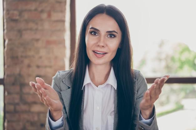 Foto de uma mulher de negócios inteligente, diretora de marketing, com webcam on-line, start-up de empresa, reunião de treinamento de desenvolvimento diga conte explique solução use blazer na estação de trabalho