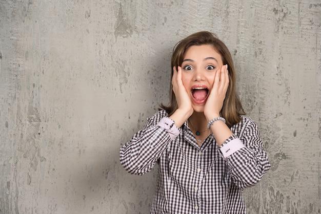 Foto de uma mulher gritando, animada com alguma coisa