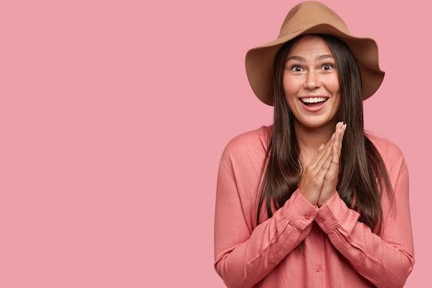 Foto de uma namorada feliz e animada com uma expressão positiva, sorrindo amplamente, mostrando dentes brancos