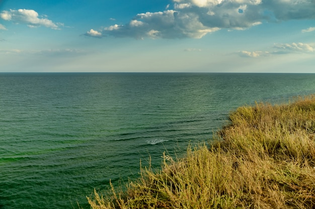 Foto de uma paisagem incrivelmente bonita do mar