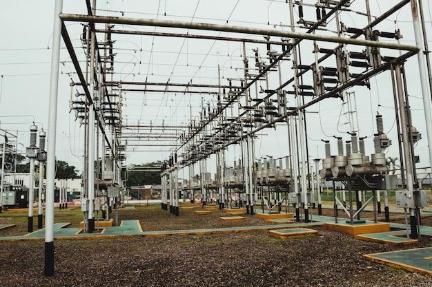 Foto de uma parte da estação de energia elétrica de alta tensão