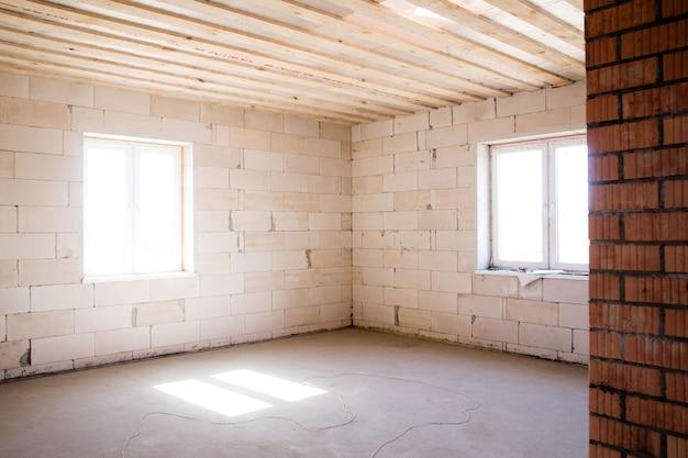 Foto de uma sala vazia para reparos futuros