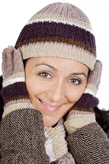 Foto de uma senhora atraente abrigada para o inverno