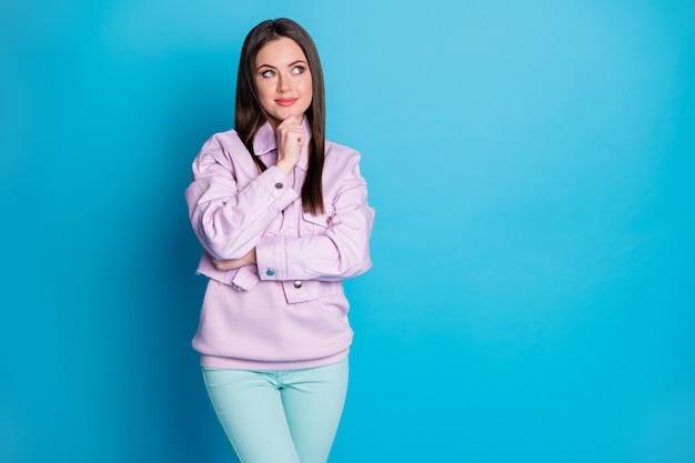Foto de uma senhora atraente, de bom humor, segurando o braço no queixo, pessoa criativa complicada