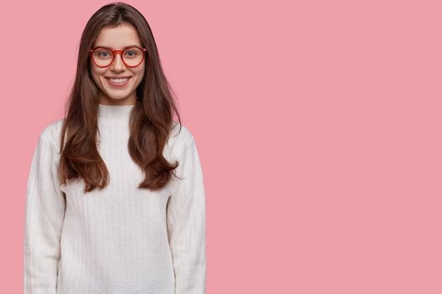 Foto de uma senhora sorridente de aparência agradável demonstra dentes brancos perfeitos, participa de evento interessante