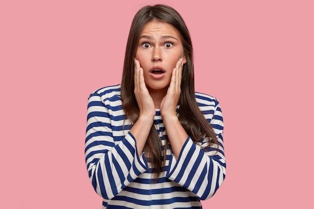 Foto de uma voluntária surpresa chocada com sugestões e ideias inesperadas, ouve detalhes surpreendentes de algo