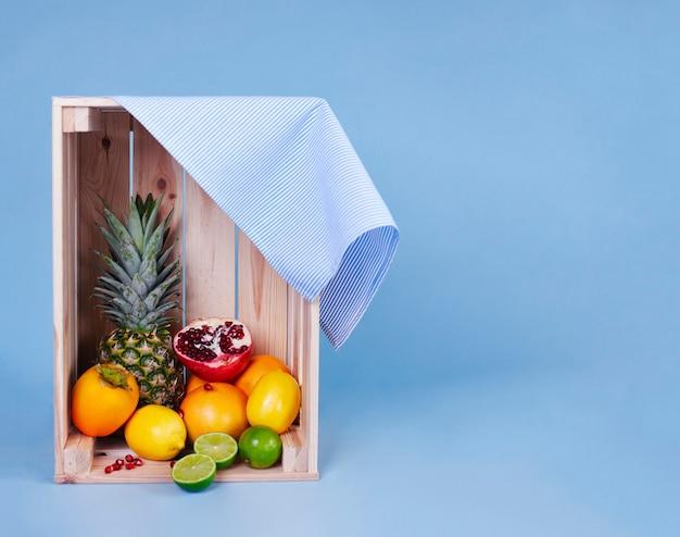 Foto de várias frutas em uma caixa de madeira