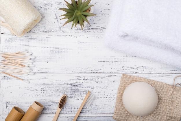 Foto de visão aérea superior de produtos de banho ecológicos isolados em um fundo branco de madeira com copyspace