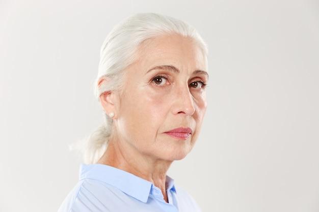 Foto de vista lateral de mulher madura séria
