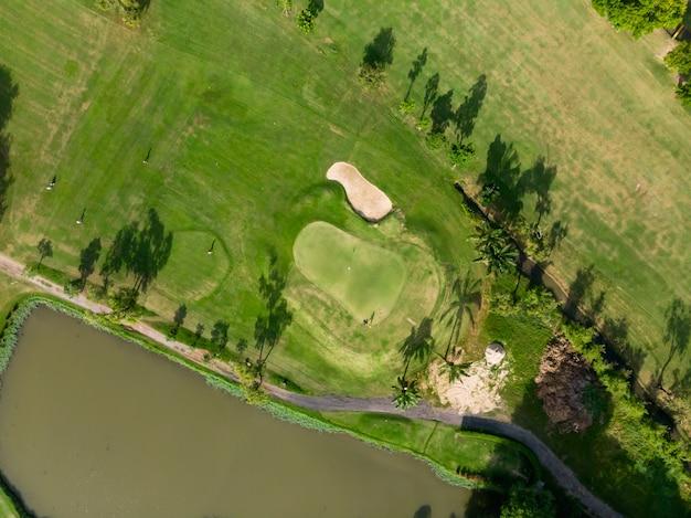 Foto de vista superior aérea do drone voador do campo de golfe, exuberante grama verde no campo de golfe