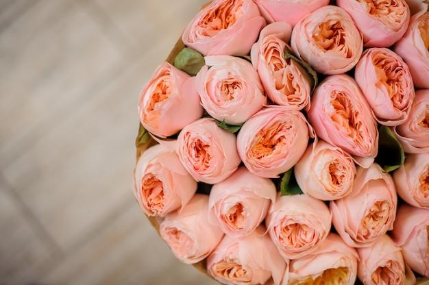 Foto de vista superior do buquê de ranúnculo rosa lindo