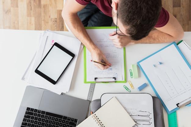 Foto de vista superior do cara trabalhando em suas anotações