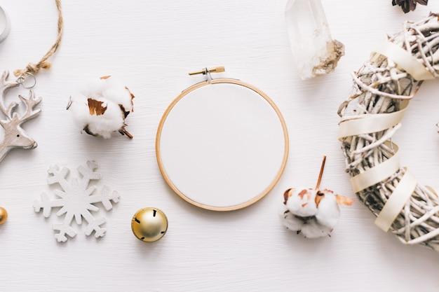 Foto de vista superior plana de uma maquete com um bastidor de bordar e de natal. composição de layout feminino elegante de ano novo.