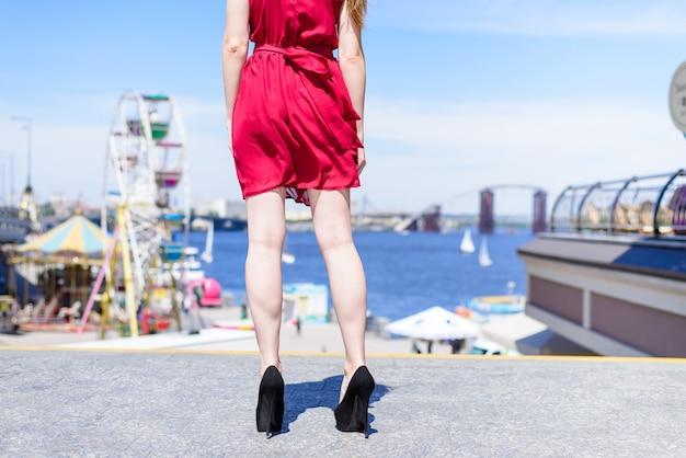 Foto de vista traseira das pernas das garotas em fundo de natureza de rodas altas